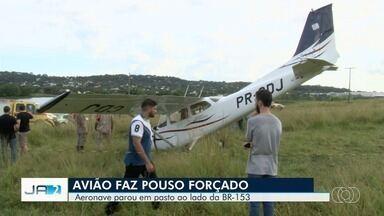 Avião faz pouso forçado em uma área de pasto, em Goiânia - Segundo os bombeiros, duas pessoas estavam na aeronave, mas não se feriram.