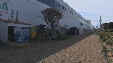 Fiscais da prefeitura lacram 35 boxes por falta de alvará no camelódromo de Marília - Interdição ocorreu após prefeitura ser notificada pelo Ministério Público Federal por falta de alvará de funcionamento.