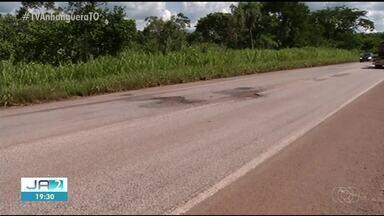 Buracos na BR-153 obrigam motoristas a invadir a pista contrária e o acostamento - Buracos na BR-153 obrigam motoristas a invadir a pista contrária e o acostamento