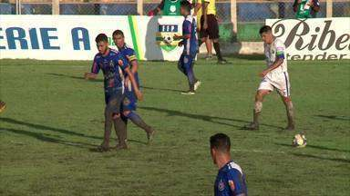 Chuva alaga estádio Felipão, e lama rouba cena em jogo do estadual - Chuva alaga estádio Felipão, e lama rouba cena em jogo do estadual