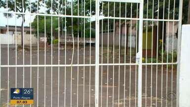 Escola que sofreu problemas estruturais no ano passado em Passo Fundo ainda não reabriu - Local continua abandonado; Alunos têm que se deslocar para outras escolas da Região.