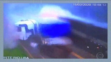 Caminhões batem de frente em rodovia no Mato Grosso - Os dois motoristas contaram que chovia muito na hora da batida. Apesar do susto, ninguém ficou ferido.
