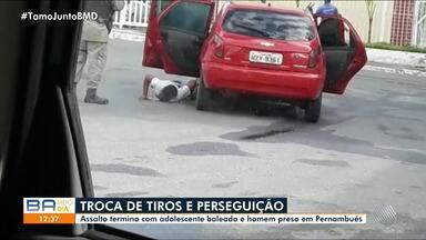 Assalto no bairro de Pernambués termina em perseguição policial até o Cabula, em Salvador - Um suspeito foi baleado e o outro foi detido. Vídeo mostra momento em que os homens foram presos.