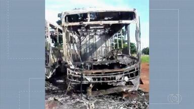 Três ônibus são incendiados por menores de idade em Quirinópolis - Chamas destruíram os veículos.