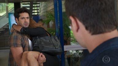 Zezinho impede que Renzo entre no hospital - Ele tenta tranquilizar Alexia, que fica apreensiva após reencontrar o sobrinho de Dominique