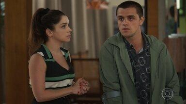 Téo confronta Hugo e Helena - O rapaz fica nervoso após descobrir que corre riscos com operação