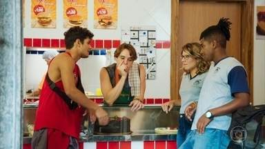A galera insinua que Celso e Paula são namorados - Thiago fica em pânico ao se dar conta de que o professor gosta do estilo de Jaqueline e tem uma crise de ciúmes