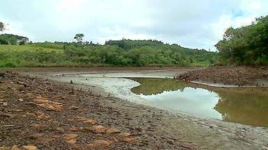 Moradores de Fontoura Xavier dependem de água de outras cidades para abastecimento - Reservatório do município está praticamente seco; ele é responsável por 60% do abastecimento do local.