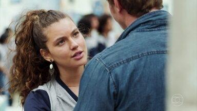 Rita pede que Filipe visite o túmulo de seu pai com ela - Filipe concorda