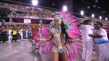 Rainha de bateria da Inocentes desfila fantasiada de 'empoderamento feminino' - A jornalista e atriz Amanda Andrade foi só sorrisos na Sapucaí.