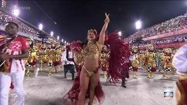 Viviane Araújo exibe boa forma como rainha de bateria do Salgueiro - Atriz chega vestida como cigana.