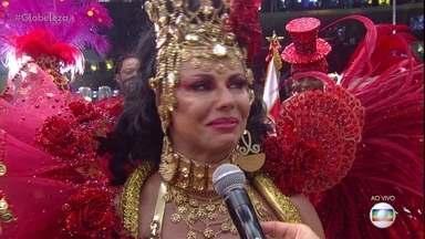 Viviane Araújo se emociona após desfile do Salgueiro - A rainha de bateria disse que vive uma emoção diferente a cada ano que desfila pelo Salgueiro. Viviane chegou a chorar quando falava da escola.