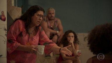 Lurdes explica para os filhos que sua mãe está doente e precisa vê-la - Os filhos de Lurdes concordam que ela vá se encontrar com Dona Maria e ajudam no preparo da viagem