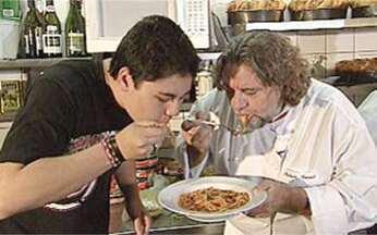 Fazer o quê? - chefe de cozinha - O chefe de cozinha Roberto Ravioli possui 25 anos de profissão. Ele conta para o estudante Ricardo como funciona a cozinha de um restaurante. As habilidades vão desde a matemática até química.