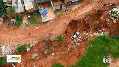 Carro cai dentro de cratera em Aparecida de Goiânia - Buraco gigante foi aberto no setor Tocantins.