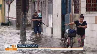 São Vicente sofre com alagamentos após chuvas - Mês de fevereiro entrou para a história como o mais chuvoso dos últimos 80 anos.