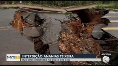 Recuperação da Rua Ananias Teixeira só deve começar após período de chuvas em Araxá - Rua do Bairro Santa Rita está interditada há quase dez dias por causa de uma cratera que abriu; novos buracos já começam a surgir.