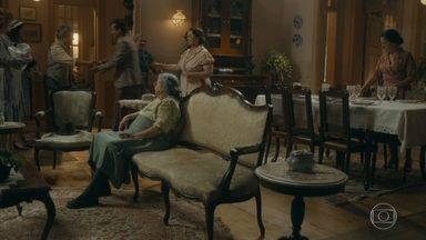 Clotilde leva Afonso até Lola - Maria o convida para o jantar, mas ele diz que não vai se demorar e pede para conversar com Lola