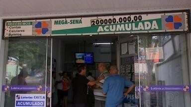 """Com Mega-Sena acumulada, apostadores formam fila em lotérica 'pé quente' em Cerquilho - O sorteio da Mega-Sena, que está acumulada em R$ 200 milhões, será realizado nesta quinta-feira (27). Por isso, o movimento de apostadores é intenso em uma lotérica de Cerquilho (SP), cidade considerada """"pé quente"""", desde o início da manhã."""
