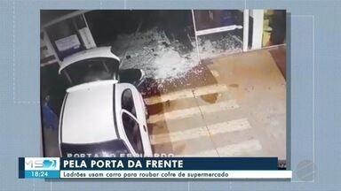 Ladrões usam carro para roubar supermercado em Dourados - Eles arrombaram uma porta de vidro e levaram o cofre