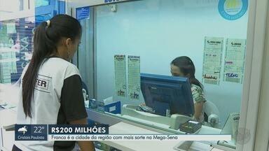 De olho nos R$ 200 milhões da Mega Sena, apostadores de Franca, SP, enchem lotéricas - Maior prêmio já pago na região saiu para sortudo na cidade. Foram R$ 81 milhões sorteados em 2012.