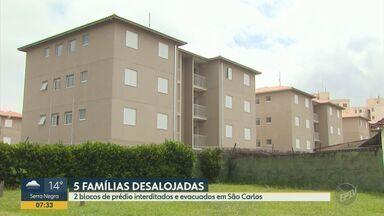 Dois blocos de prédio são bloqueados e evacuados em São Carlos após deslizamento de terra - Cinco famílias foram desalojadas na quinta-feira (27). Empresa e Defesa Civil afirmam que não há risco de desabamento.