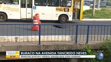 Buraco oferece riscos na Avenida Tancredo Neves, uma das mais importantes de Salvador - A cratera teria surgido após a base de um viaduto ceder.