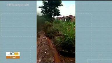 Vídeo mostra crianças tomando banho em lama com água da chuva, em Araguaína - Vídeo mostra crianças tomando banho em lama com água da chuva, em Araguaína