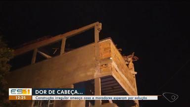 Construção irregular ameaça casa em Conceição da Barra, ES, e moradores reclamam - Há seis meses, casal vive agonia por causa do vizinho.