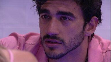 Guilherme para Gabi: 'Se você não consegue ficar comigo, respeita' - Na cozinha, Guilherme e Gabi conversam sobre o relacionamento