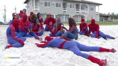 Grupo fantasiado de 'Homem-Aranha' faz sucesso no Carnaval de Cabo Frio e conquista a web - Roberta Camargo traz uma reportagem especial com os heróis.
