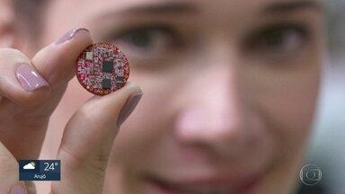 """USP desenvolve microcomputador do tamanho de uma moeda - Ele foi batizado de """"pulga"""" em referência ao primeiro computador inventado na universidade, que tinha nome de animal: """"pato feio"""""""