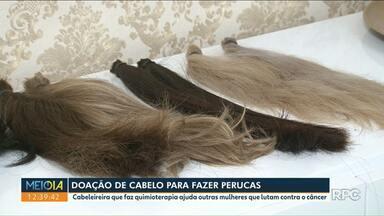 Cabeleireira de Umuarama que enfrenta o câncer incentiva a doação de cabelos - A jovem de 23 anos teve a iniciativa e muitas clientes do salão de beleza resolveram doar também.