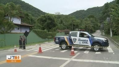 Rodovia Rio-Santos foi liberada após mais de 24 horas bloqueada - Deslizamento fez rodovia ficar interditada durante toda a sexta-feira.