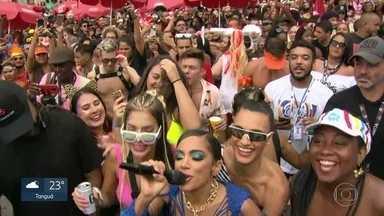 Bloco da Anitta leva 370 mil foliões para as ruas do Centro do Rio - Uma mulher foi presa com quatro celulares furtados em uma bolsa. Um homem com um revólver e munição também foi preso.