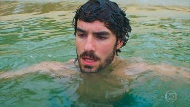 Juan pensa em Luna - Andando na praia o rapaz pensa nos momentos que teve com Luna antes de ela ir para o Brasil. Gabi aparece e tenta fazer com que Juan desista de Luna