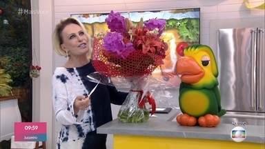 Ana Maria recebe flores de Fátima Bernardes - Equipe do 'Encontro' homenageia a apresentadora