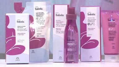Daiane Fardin mostra produtos para pele da Natura - A apresentadora explicou os benefícios dos cremes e experimentou um deles