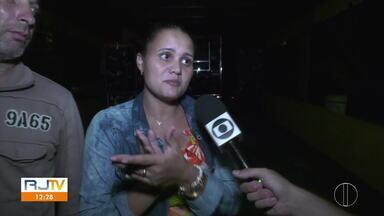 Moradores de Guarus protestam contra falta de luz em parte do distrito de Campos, no RJ - Confira na reportagem de João Villa Real.