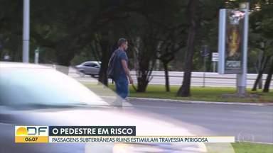 Pedestres se arriscam ao atravessar Eixão - Além de sujas, os pedestres reclamam do perigo de passar nas passagens subterrâneas.