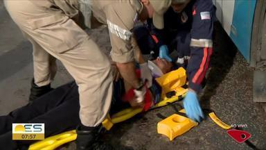 Acidente na rodovia Norte Sul deixa feridos e causa congestionamento, no ES - Um ônibus está envolvido no acidente. Trecho interditado é em Laranjeiras, na Serra.