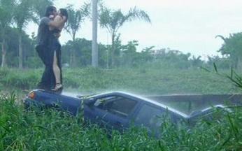 Capítulo de 06/06/2008 - Lara entrega um panfleto para Flora. Zé Bob vai embora e Donatela entra em seu carro. O carro de Zé Bob cai em um barranco.