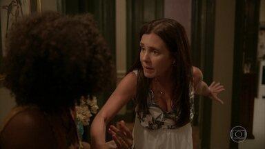 Thelma rejeita a ajuda de Camila a caminho do hospital - Jane retorna e afirma que cuidará de Thelma. Camila liga para Lurdes e pede ajuda. A nordestina avisa a Ryan sobre o nascimento do neto