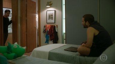 Raul diz que irá preparar Sandro para assumir a PWA - O rapaz disfarça quando o pai interrompe sua conversa com Érica