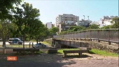 Polícia do RJ procura pistas de homem que matou dois moradores de rua - A polícia do Rio de Janeiro procura pistas do homem que matou dois moradores de rua em Ipanema. Os investigadores acreditam que o crime tem relação com o tráfico de drogas.