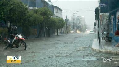 Após chuva, ruas ficam alagadas em Imperatriz - No hospital Municipal Infantil, o atendimento foi interrompido porque durante a chuva a água invadiu o prédio.