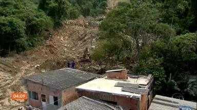 Casas são interditadas pela Defesa Civil, no litoral paulista - A Defesa Civil de Guarujá interditou um total de 47 7 casas em áreas de risco. As buscas por corpos entraram pela madrugada.