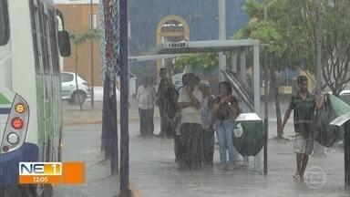 Chuva causa alagamentos em ruas de Olinda - Meteorologista da Apac explica o que causa as chuvas de março.