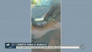 Carro cai em cratera que tomou uma avenida em Mogi Guaçu - O buraco começou a abrir depois que um ônibus passou pelo local. A frente do veículo ficou danificada e ninguém se feriu.