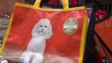 Empreendedor social vende bolsas recicladas para ajudar animais de rua - Walace produz bolsas com sacos de ração e o dinheiro da venda é usado para alimentar os cães e gatos que vivem nas ruas.